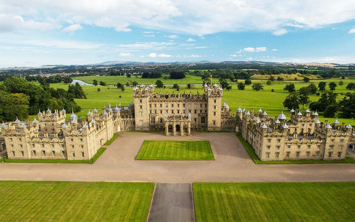 Огромный замок Floors Castle в Роксбургшире